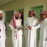 معلم يستغل إجازة العيد وينظف مدرسته مع طلابه بجازان