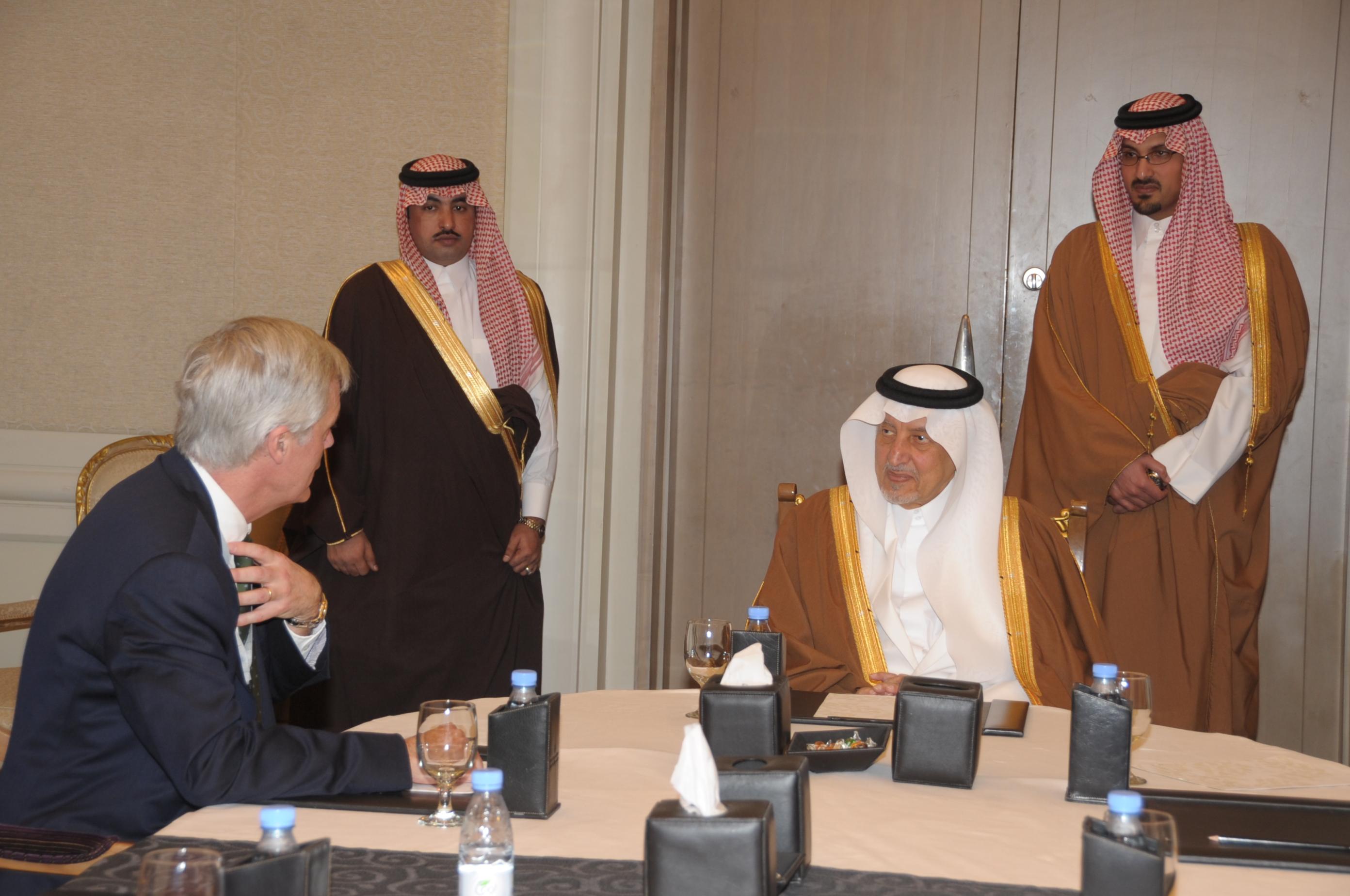 خالد الفيصل يعقد اجتماعات مع متخصصين في التقنية والتعليم