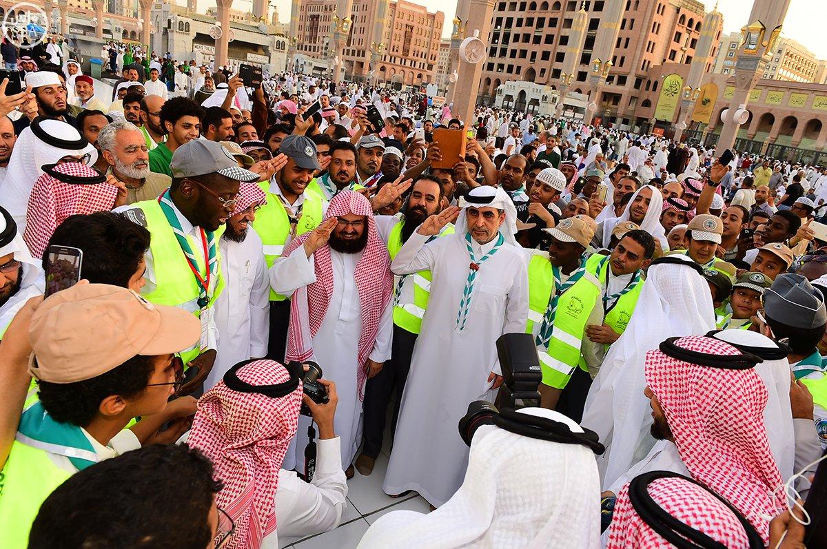 وزير التعليم يشارك رسل السلام خدمتهم لزوار المسجد النبوي بالمدينة المنورة