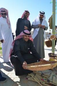 عميد الكلية خلال مهرجان الحرف الشعبية